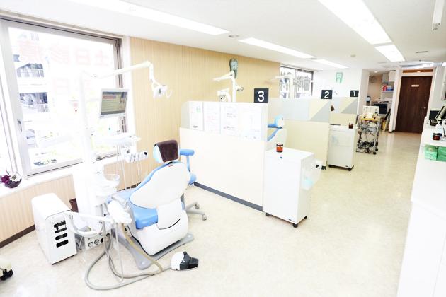 明るく開放的な診療室